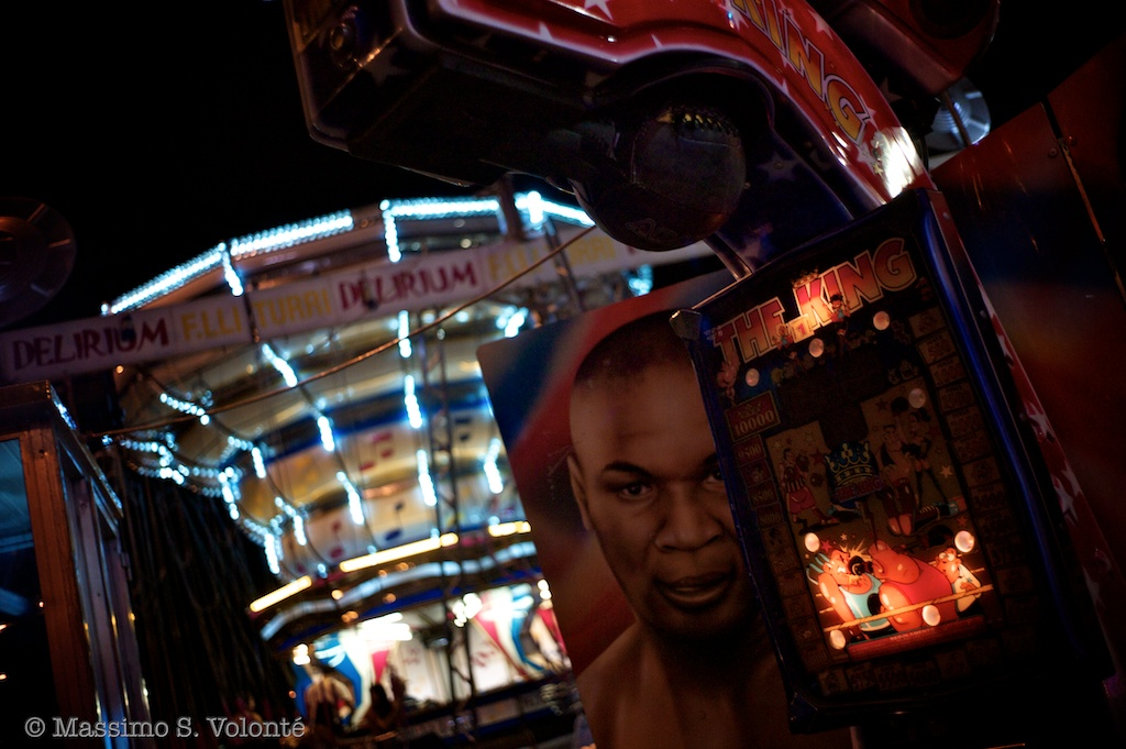 City sickness 173 - Figures in the amusement park at night