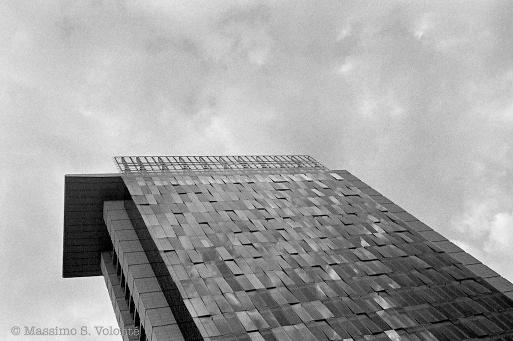 volonte photographer milano - grey sky and grey building