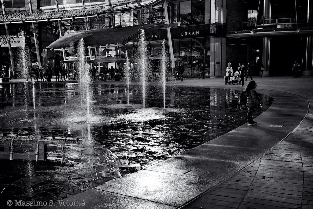 volonte photographer milano - fountain games and a little girl