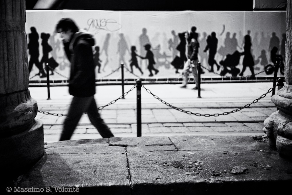 volonte fotografo milano - people walking down the city of nothing