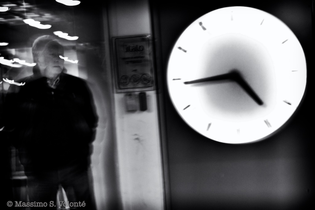 volonte photographer milano - man wainting by a station clock
