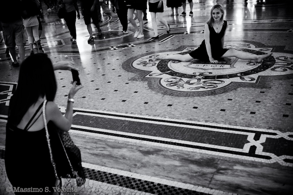 People take pics of each other, fotografo milano, monochrome