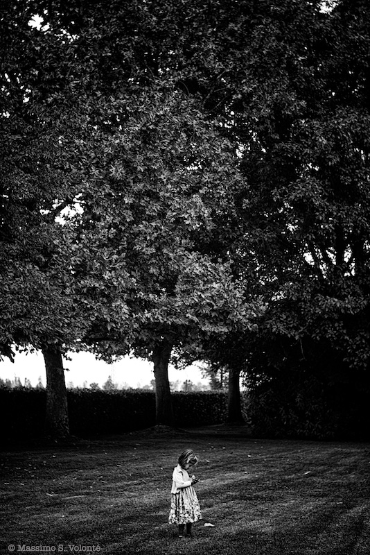 Little girl alone, trees in background, fotografo milano
