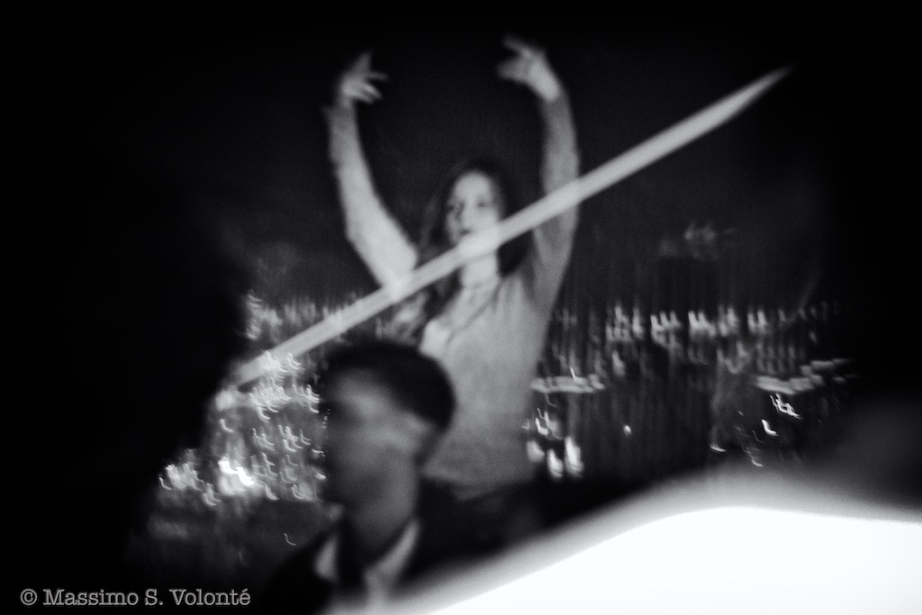 Young woman dancing with rose arms, fotografo milano
