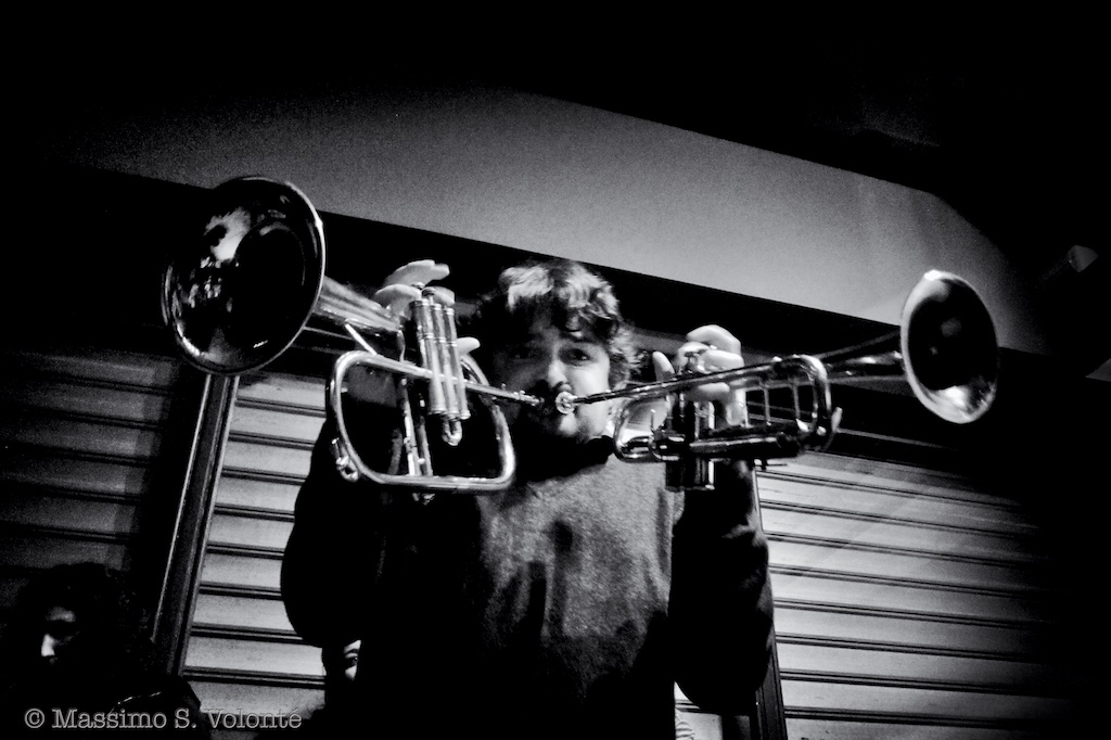 Raffaele playing two trumpets, live music photography, fotografo milano