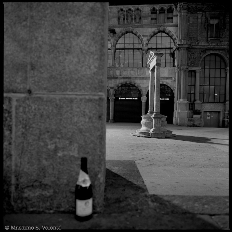 The abandoned bottle, fotografo milano, ishootfilm, monochrome