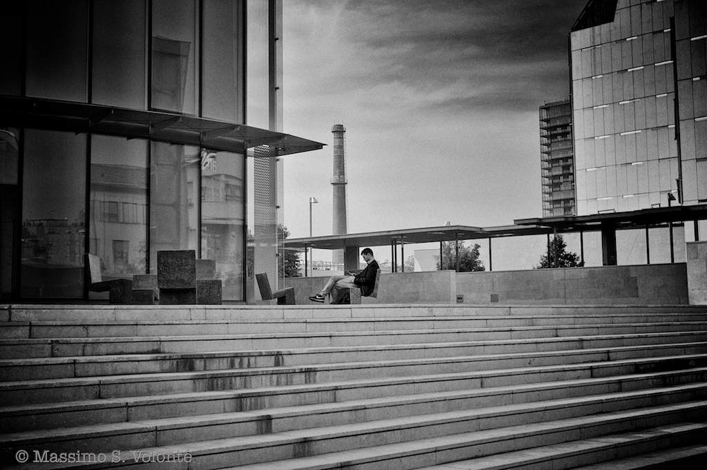 Nowhere man sitting alone, monochrome, fotografo milano