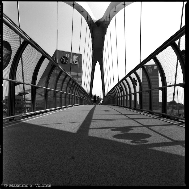 The new bridge for pedestrians, Milano Portello, black and white, fotografo milano