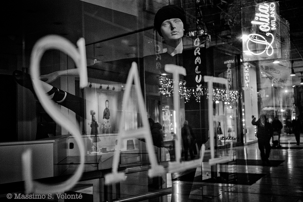 Sale sign on a window with a dummy looking at me, black and white, fotografo milano