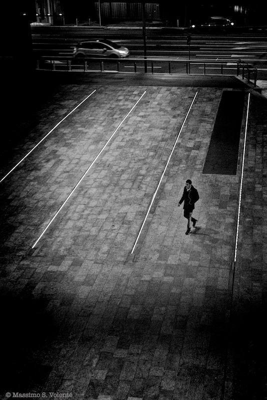 A mam walks alone in the city, black and white, fotografo milano