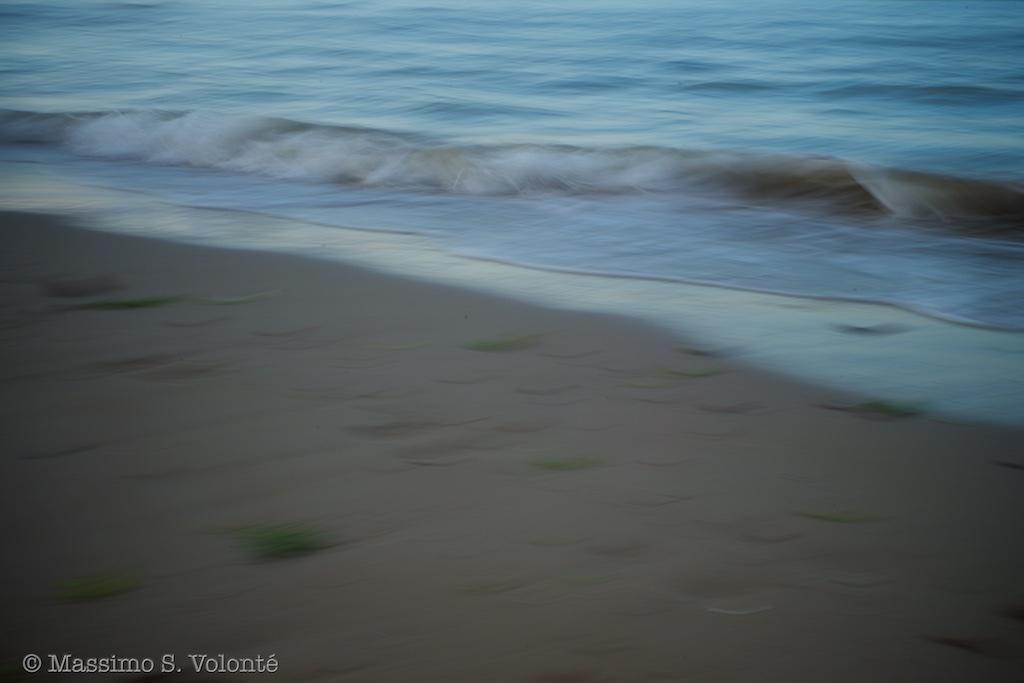 Breaking waves on the shore, Volonte fotografo MIlano
