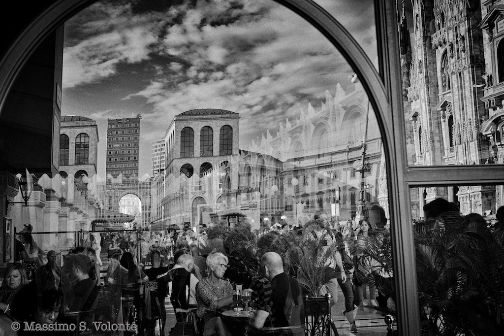 A crowded bar and city reflections, Monochrome, Volonte fotografo Milano