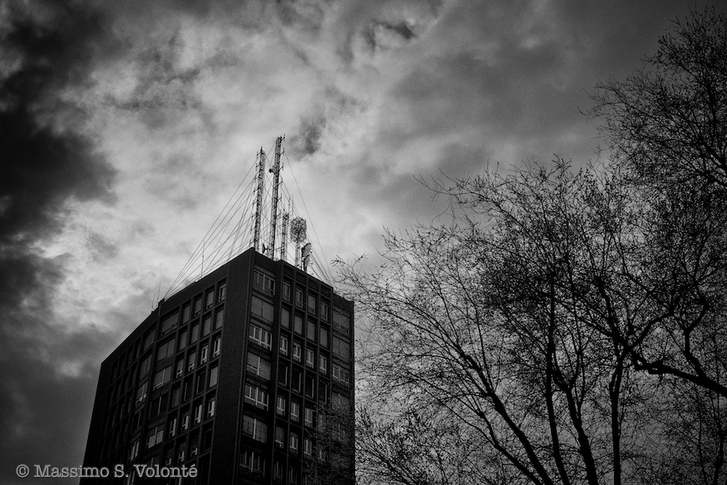 long antennas on the the topo of a high building, black and white, volonte fotografo milano