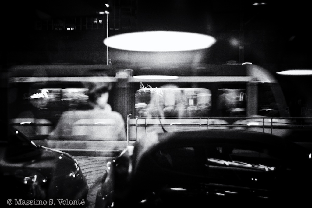 Figures and reflections through these walls, monochrome, Volonte fotografo milano