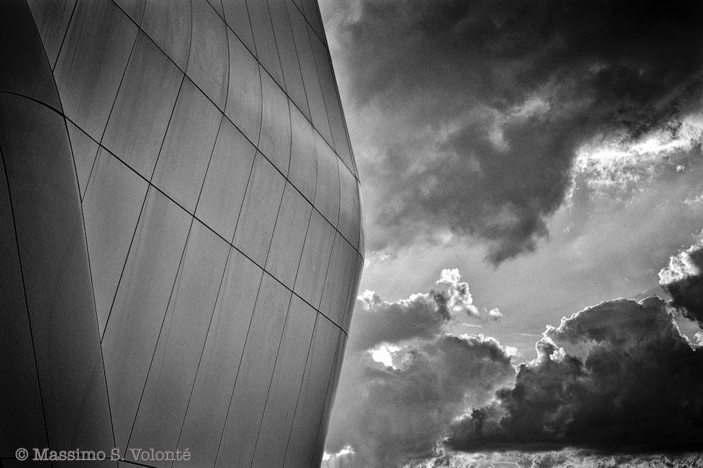 New building shape and troubled sky, city life, monochrome, Volonté fotografo Milano