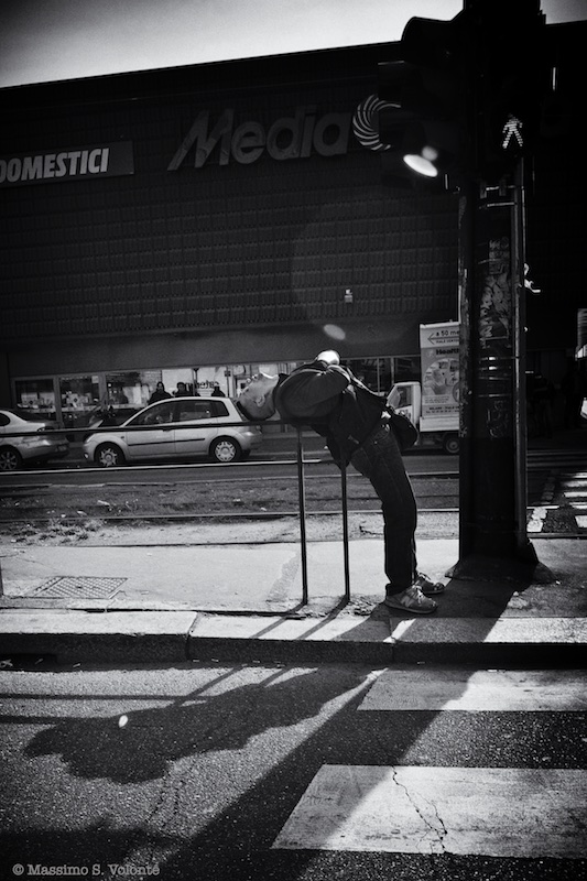 The bended man, monochrome, Volonte fotografo Milano